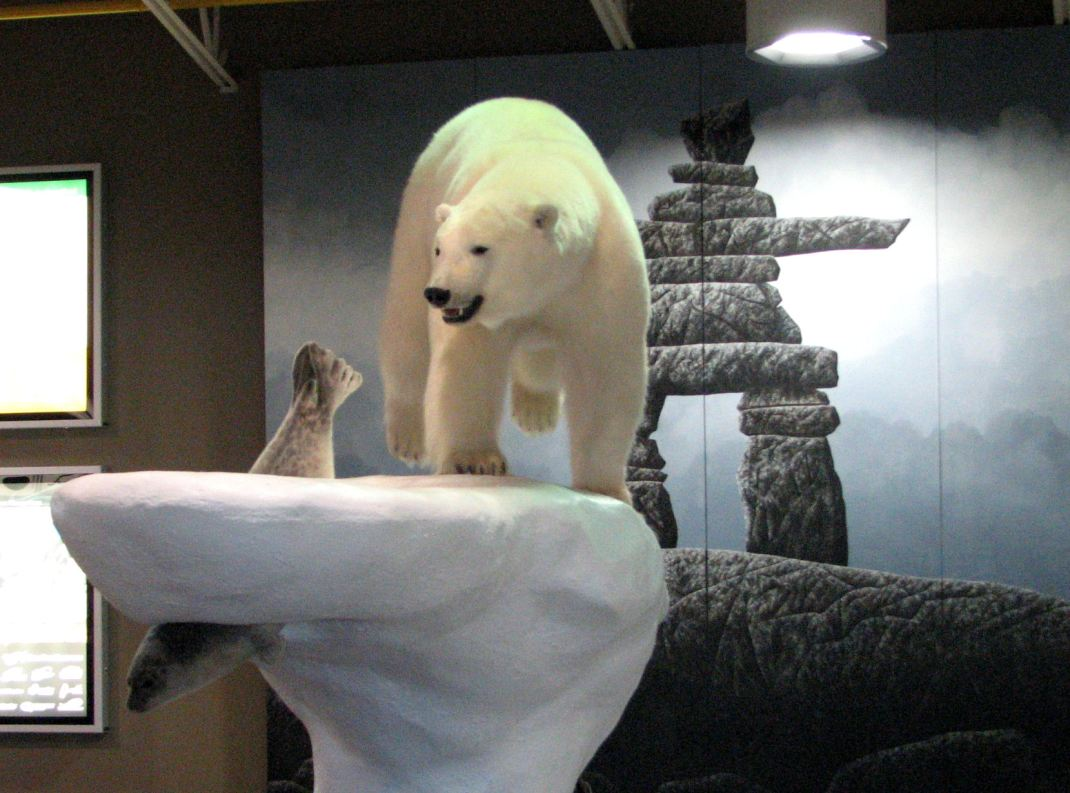 polar_bear_sculpture2c_yellowknife_airport